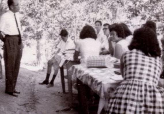 (resize) 6.1 教育栏    1964年亚庇教会第一次举办的教员讲习会,杨约翰长老在樱桃树下教课时的景况